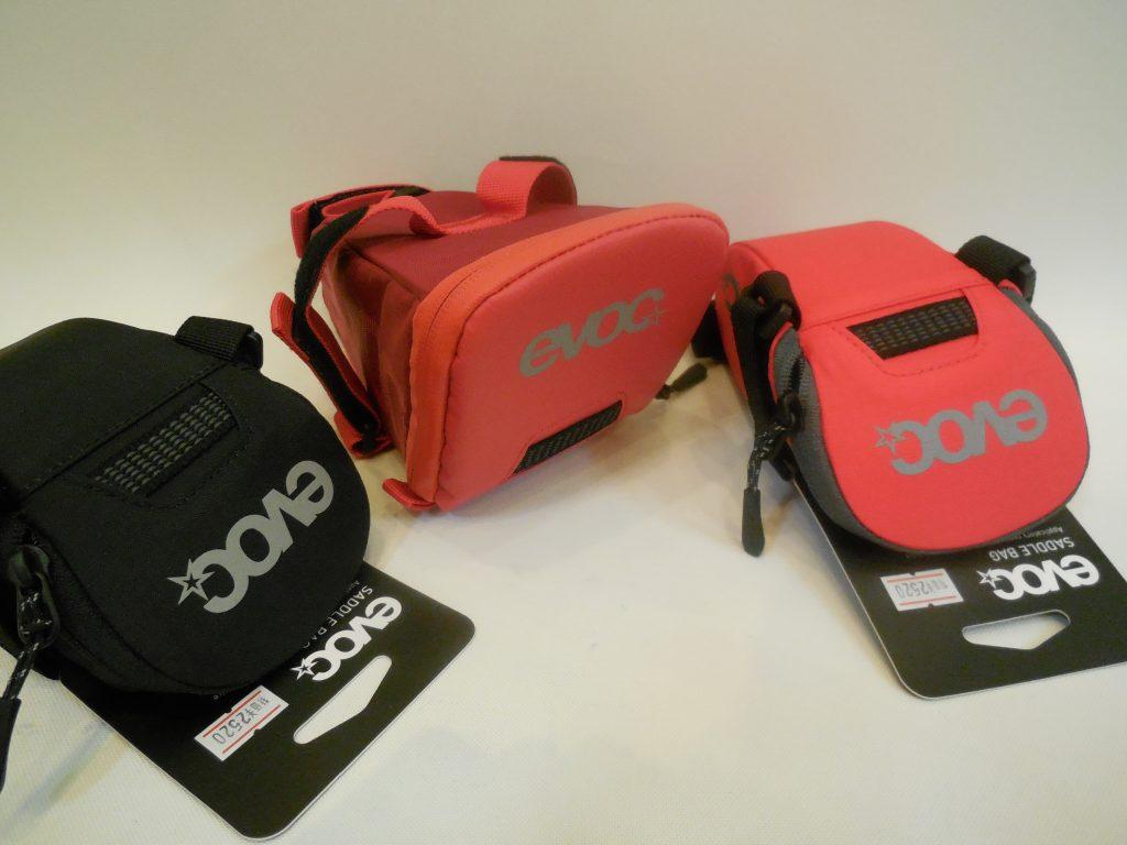 シンプルなデザインが特徴のevoc サドルバッグ 入荷しています。